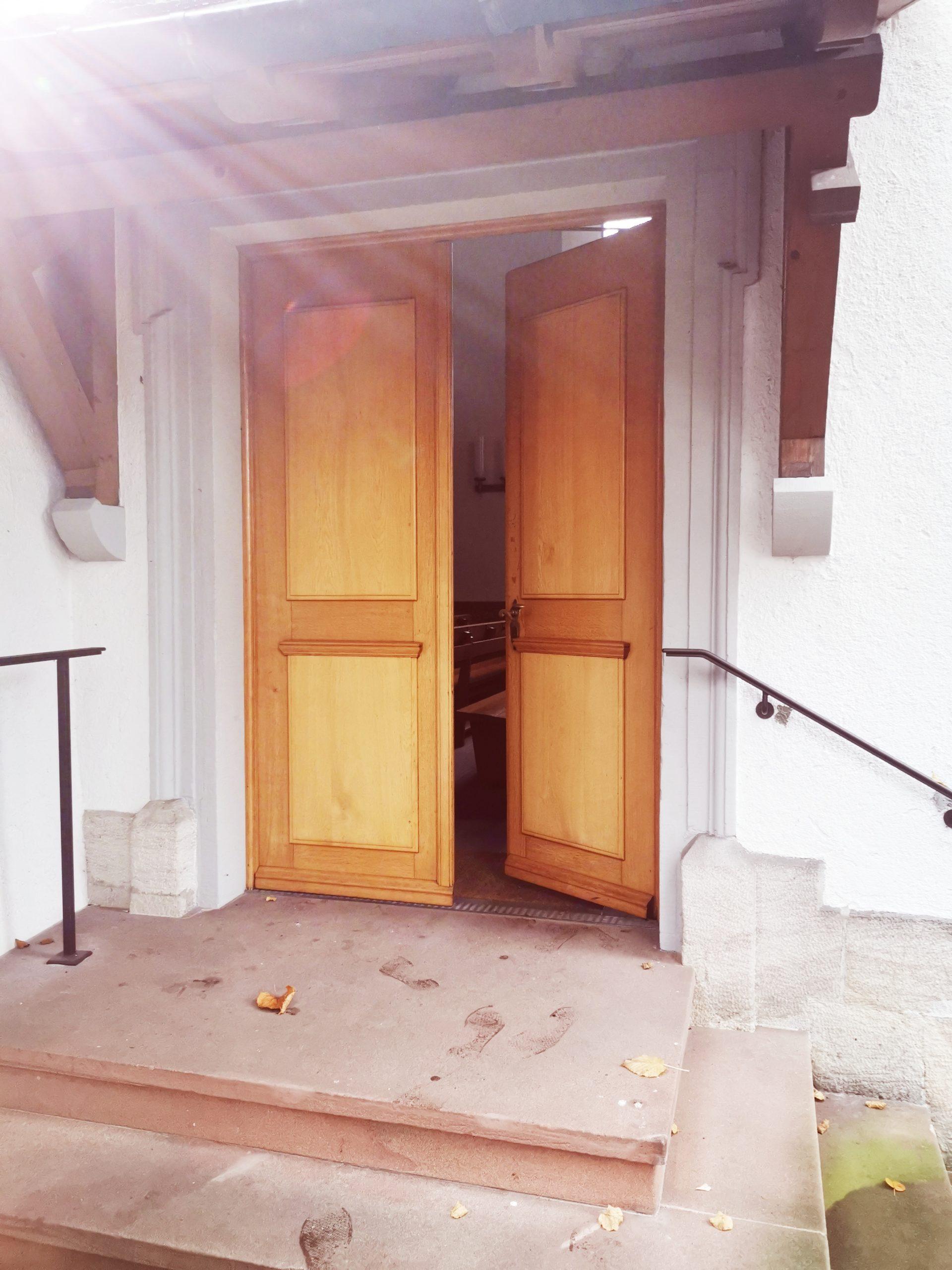 offene Türe der St. Margarethenkirche